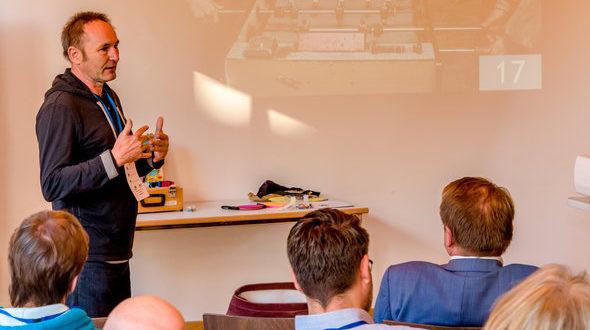 Theo Koch präsentiert das saarländische Modell bei einer Fachkonferenz mit Akteuren der Partnerschaften für Demokratie und der LEADER-Regionen in Göttingen. Foto: Torsten Stapel